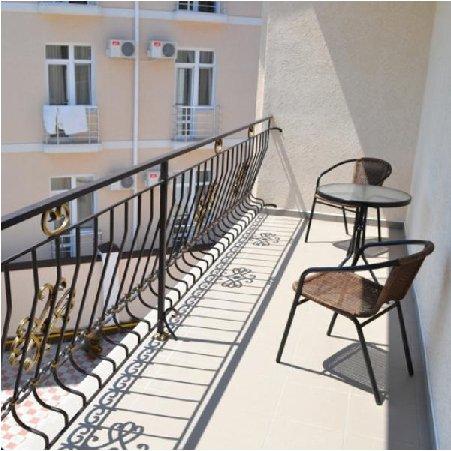 Балкон уютной гостиницы в Песчаном