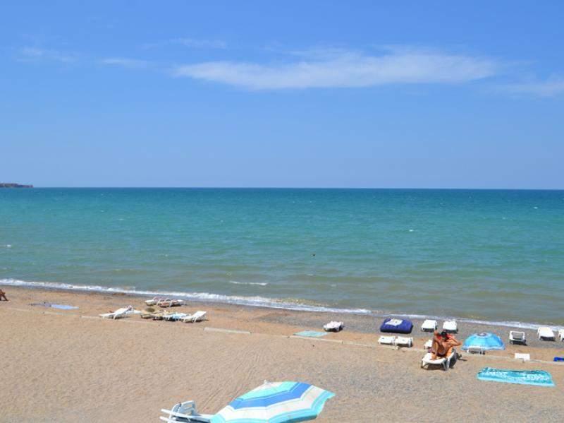 Пляж на отдыхе возле моря в Песчаном
