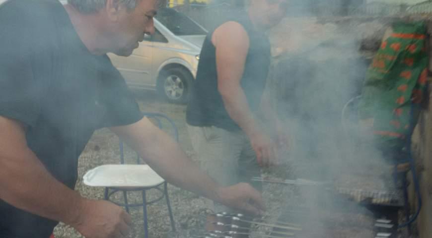 Приготовления шашлыка на мангале в Песочном